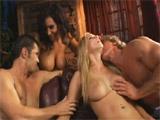 Matrimonios liberales disfrutan de una orgia - Video de Orgias Porno