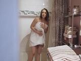 Pillo a mi madrastra en la ducha desnuda..