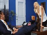 Así es como le sube el sueldo su jefe a la rubia.. - Video de Porno XXX