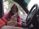 Me hace un pajote dentro del coche..