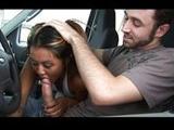 Zorra salida chupandole la polla en el coche