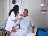 La enfermera se acerca mucho a mi.. - Video de Putas Cerdas