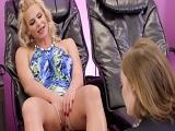 Se toca delante de esta chica jovencita.. - Video de Lesbianas