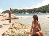 Golfa tetona se folla a un desconocido en la playa