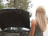 Se le estropea el coche y acaba con el culo roto - Video de Rubias
