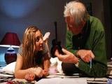 Pierde los papeles y se enrolla con el abuelo - Video de Incesto Gratis