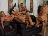 El jefe se folla a sus cuatro secretarias - Video de Orgias Porno