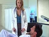 La doctora solo hace que mirarme el rabo..