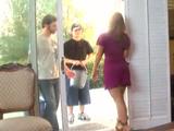 Dos amigos de mi hijo vienen a verme - Video de Maduras Milf