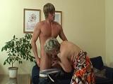 La vieja se la chupa al jovencito.. - Video de Porno XXX