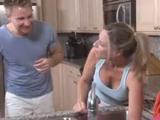 Me gusta ayudar a mamá en la cocina - Video de Maduras Milf