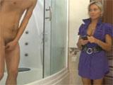 Pero mamá, que me estoy duchando !! - Video de Maduras Milf