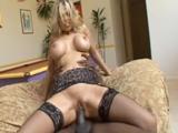 Julia Ann, la madura que adora el porno XXX