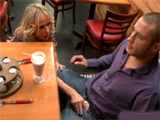 La camarera del bar es demasiado cariñosa - Video de Putas Cerdas