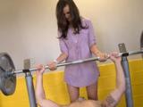 Ayudo a mi primo en el gimnasio de casa - Video de Morenas