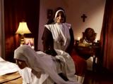 La madre superiora castiga a la monja novicia