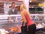 Ama de casa ligandose al charcutero del mercado - Video de Casadas Infieles