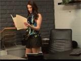 El jefe seduce a la nueva secretaria en la oficina