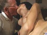 Zorrita veinteañera se folla a su suegro