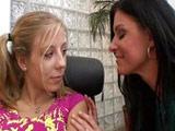 Su jefa madura le mete mano en la oficina - Video de Maduras Milf