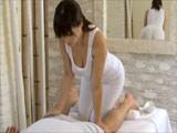 Morena tetona le hace un masaje con final feliz