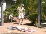 Un desconocido mirón se la folla en la piscina