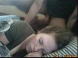 Me corro en su cara cuando esta dormida