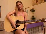 Mejor deja la guitarra y ponte a cuatro patas