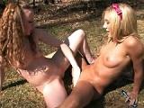 Chicas desnudas en el bosque hacen squirt
