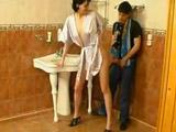 Espia a su madrastra mientras se lava el coño - Video de Incesto Gratis