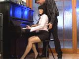 Tina Gabriel puteando en la clase de piano con el profe