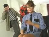Su compañero de piso la pilla masturbandose