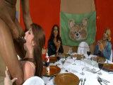 El stripper les ofrece su dura polla - Video de Mamadas
