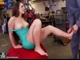 seduciendo al mecánico en su taller