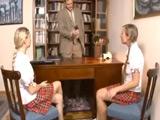 El director llama a su despacho a dos zorritas - Video de Jovencitas