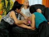 Tres secretarias se entretienen con unos dildos - Video de Lesbianas