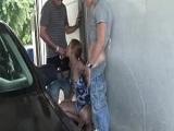 Haciendo un trío en el lavadero de coches