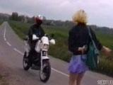 Zorra hace autostop y tiene ganas de follar