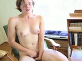 Mi hermana se hace un dedo en su habitación - Video de Masturbaciones