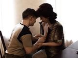 El joven se enrolla con la madre de su amigo - Video de Maduras Milf