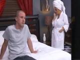 Madre e hijo tienen que pasar la noche juntos - Video de Actrices Porno