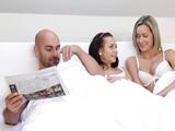 La hija se mete en la cama con sus padres