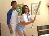 El amigo de mi hijo me enseña a jugar al béisbol