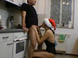 Y Papá Noel llegó y me la chupó en la cocina - Video de Guarras