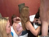 Chicas amateurs mamando y follando en una despedida
