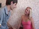 Rubia veinteañera se folla a su nuevo amigo