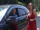 El coche le ha dejado tirada, paran a ayudarla - Video de Maduras Milf